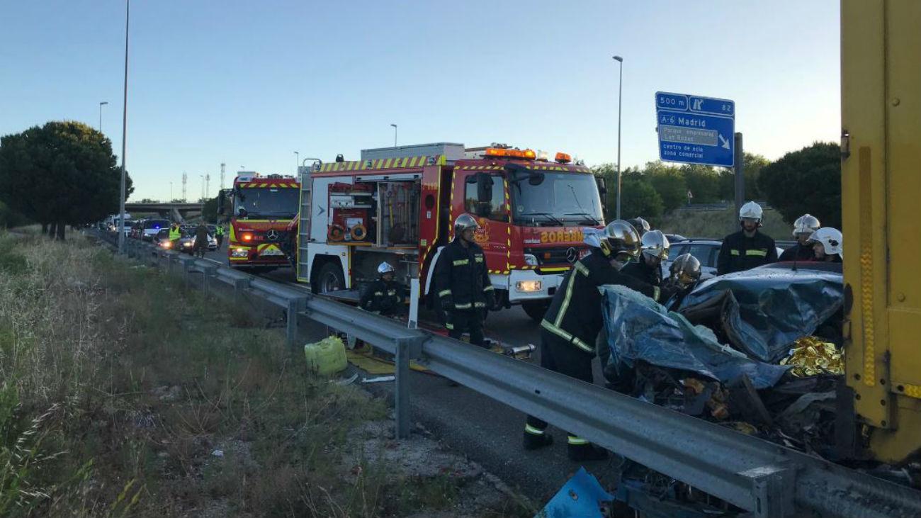 Un joven muere al colisionar un camión y dos turismos en Las Rozas