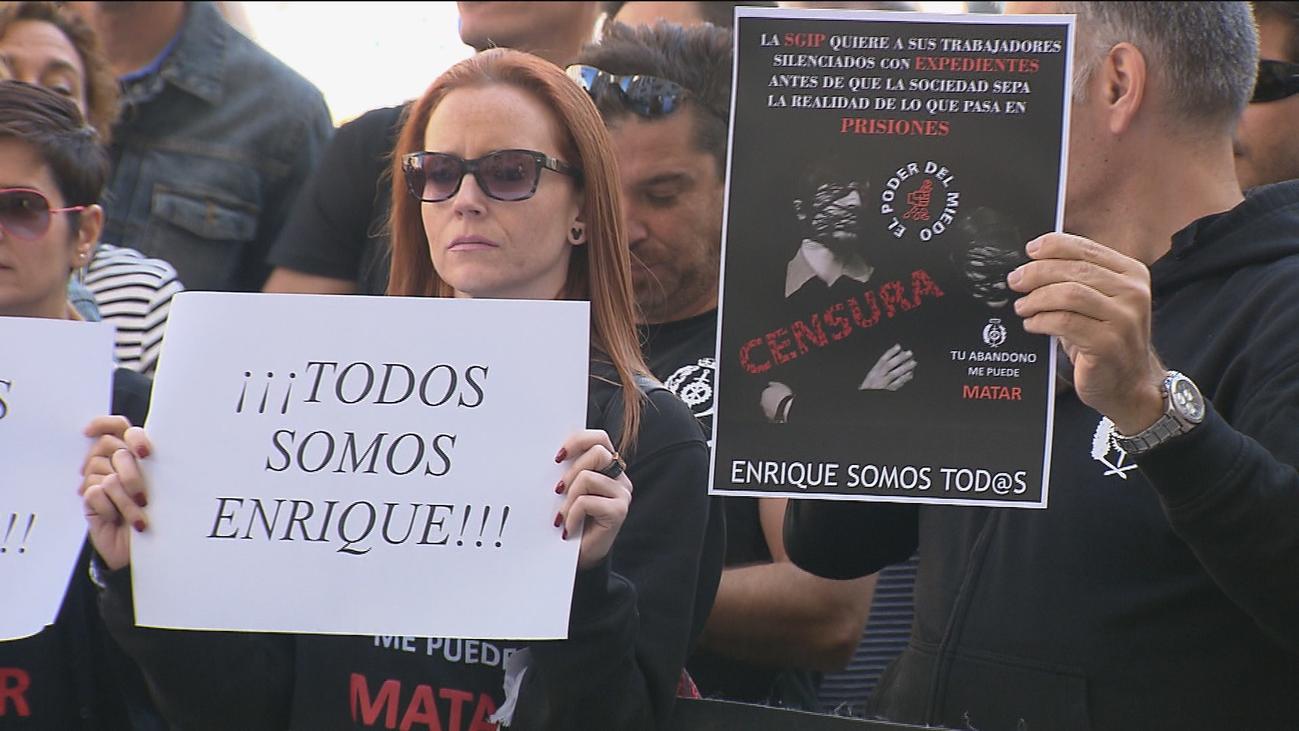 Un centenar de funcionarios de prisiones protestan contra el expediente a un compañero