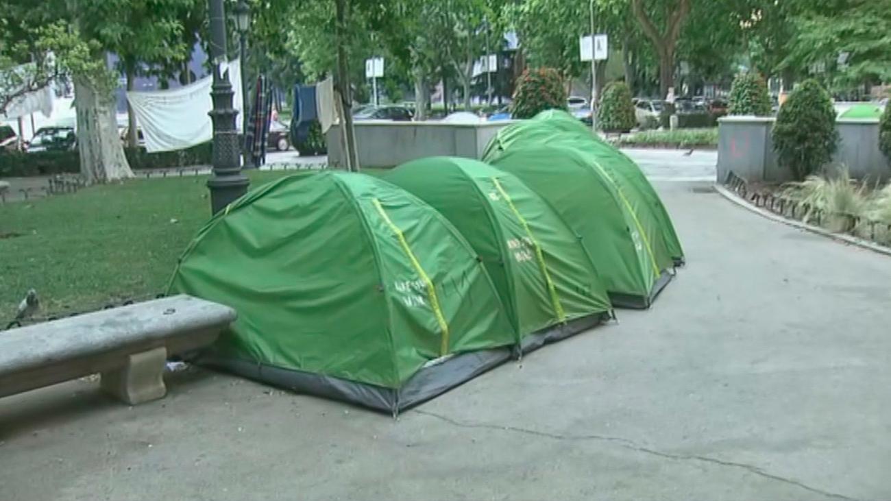 Personas 'sin techo' acampan desde hace meses frente al Ministerio de Sanidad para reclamar ayuda