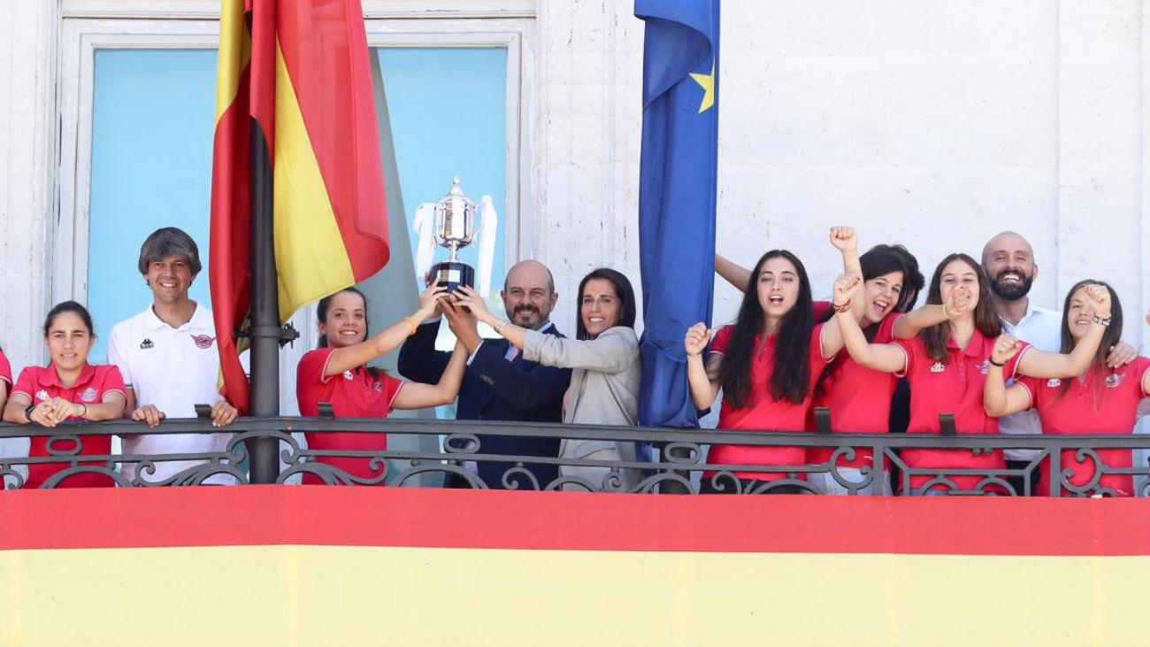La Comunidad homenajea al CD Tacón tras su ascenso a la Liga Iberdrola