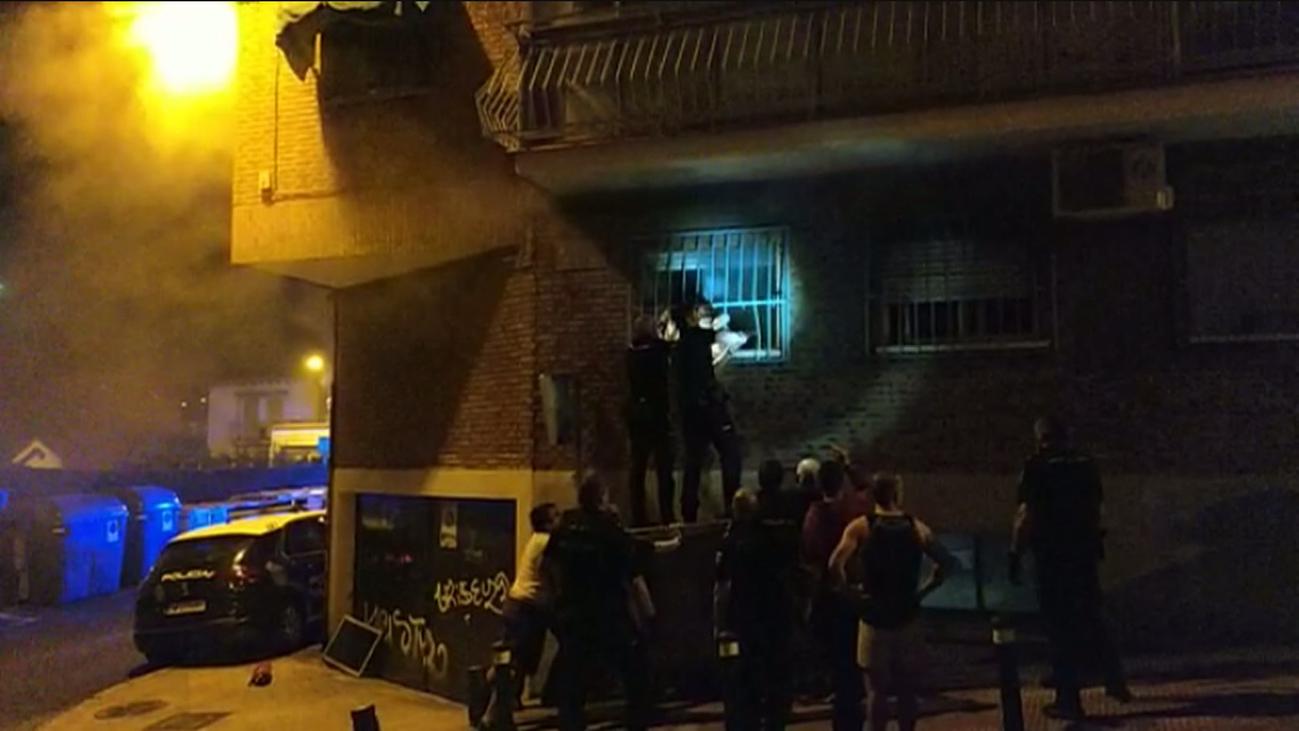 La Policía rescata a dos mujeres de un incendio en La Latina