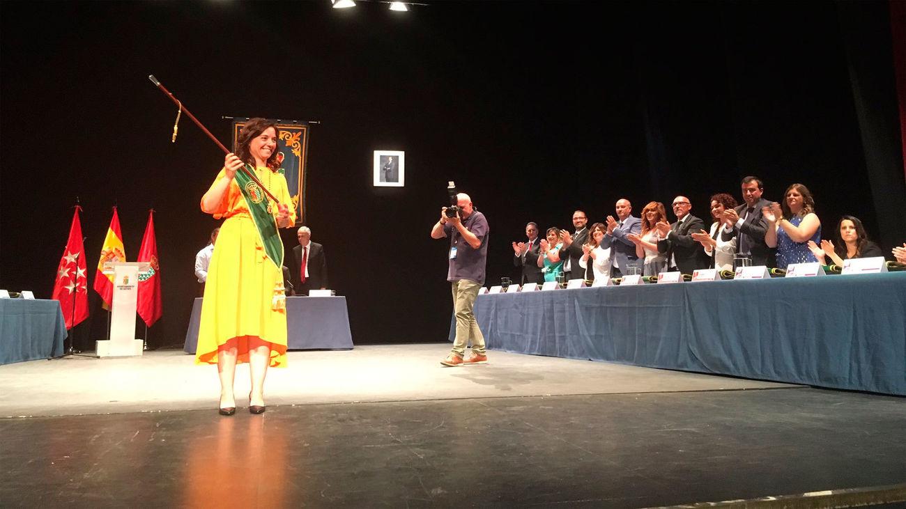 Sara Hernández saluda con el bastón de mando de la ciudad