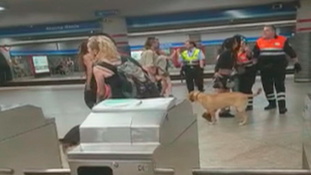 Fuerte altercado en el metro de Atocha entre un grupo de antisistema y los vigilantes