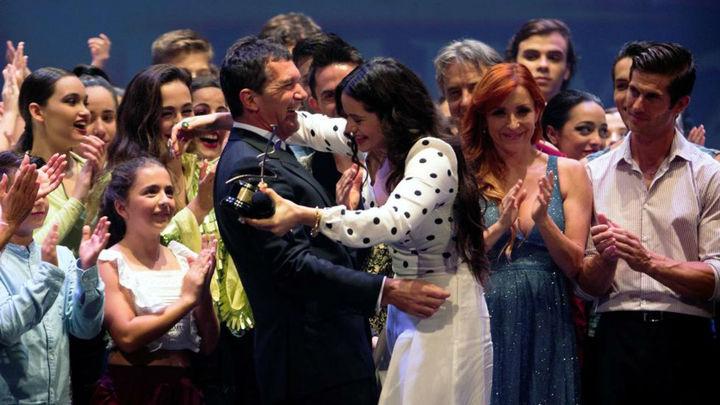 Rosalía recibe el 'Premio de las Artes Escénicas' en Málaga, de la mano de Antonio Banderas