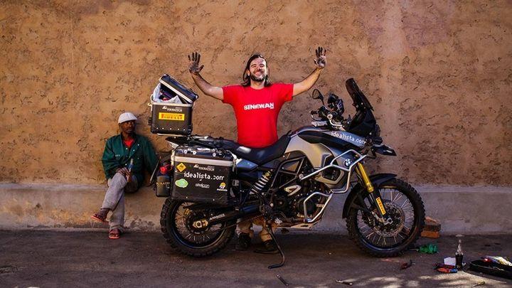 Charly Sinewan, motero, presenta su libro 'El mundo en moto'