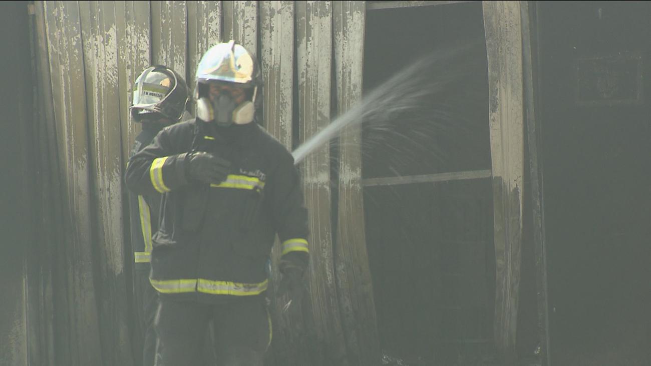 El fuego consume una nave industrial en Alcalá de Henares