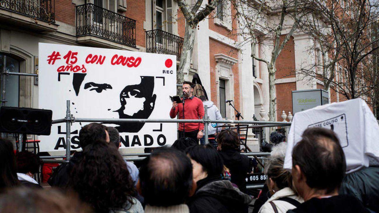 El hermano del cámara José Couso interviene durante la concentración en 2018