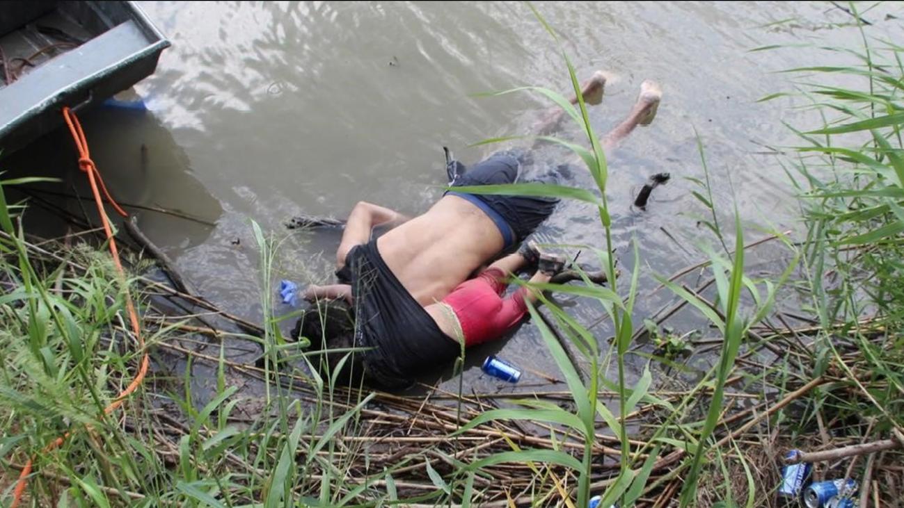 Un último abrazo en el Río Bravo que remueve conciencias