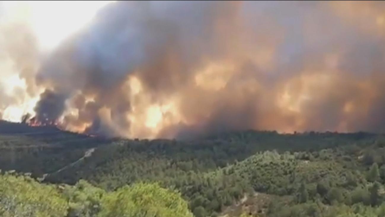 Un incendio en Tarragona afecta a 2.500 hectáreas y obliga a desalojar masías