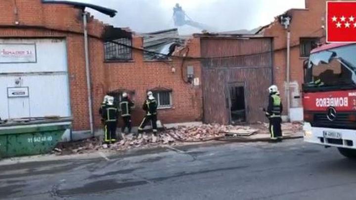 Controlado el incendio que ha destruido una nave de maderas en Humanes
