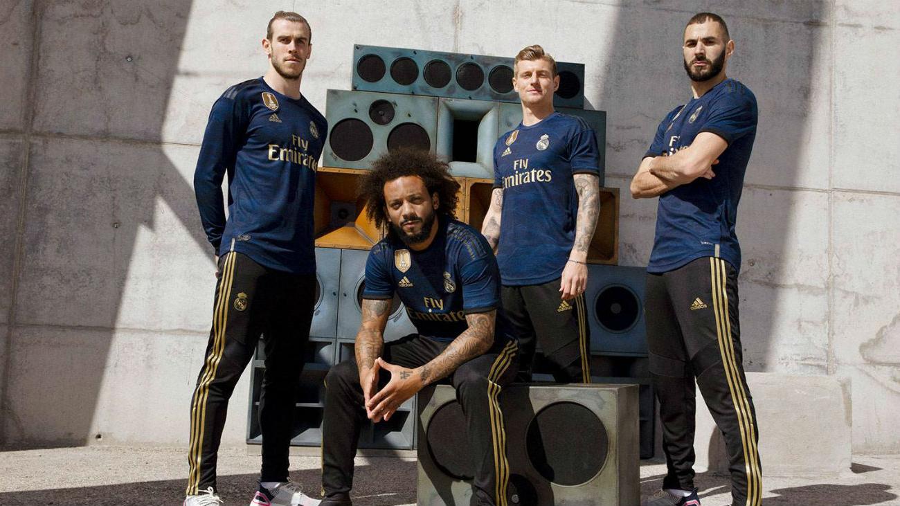 El Real Madrid lanza su segunda equipación de color azul oscuro