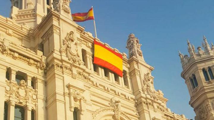 Almeida despliega la bandera de España en Cibeles