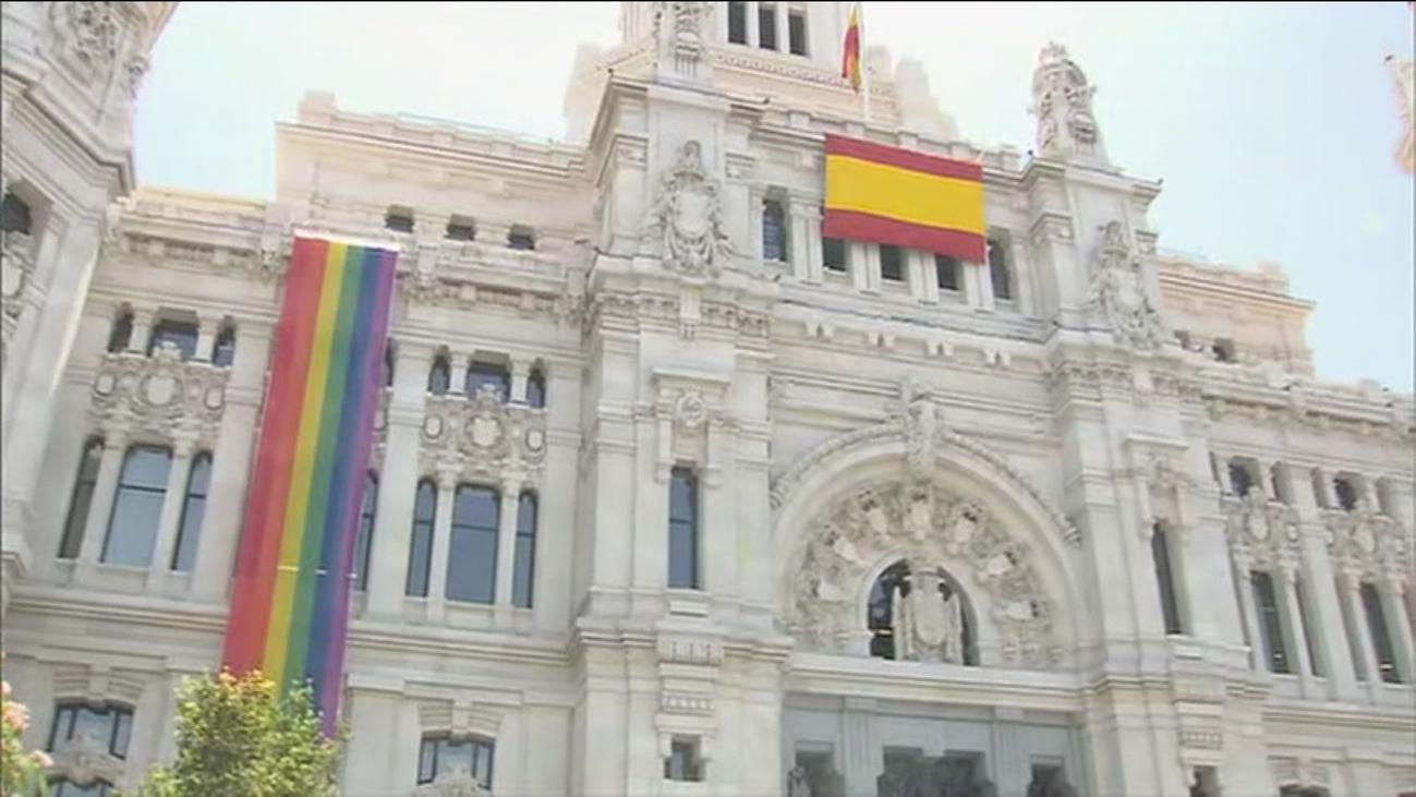 Mas Madrid y la FELGTB critican el emplazamiento de la bandera arco iris en el Ayuntamiento