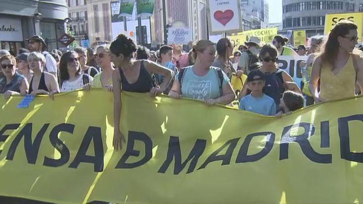 Miles de personas recorren el centro de la capital a favor de Madrid Central