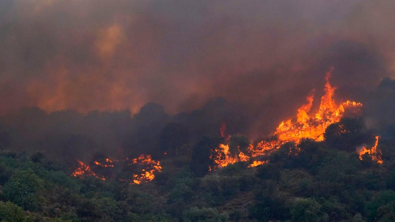 Los pueblos afectados por el incendio de Cadalso se preparan para otra noche de angustia