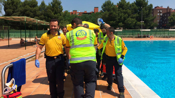 En estado crítico el hombre rescatado en la piscina de Orcasitas