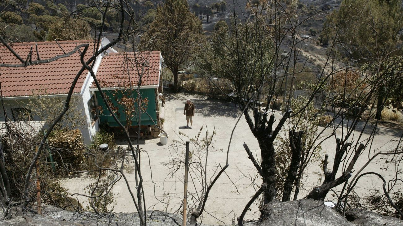 Vista de una de las viviendas que fueron rodeadas por el fuego en Cadalso y Cenicientos.