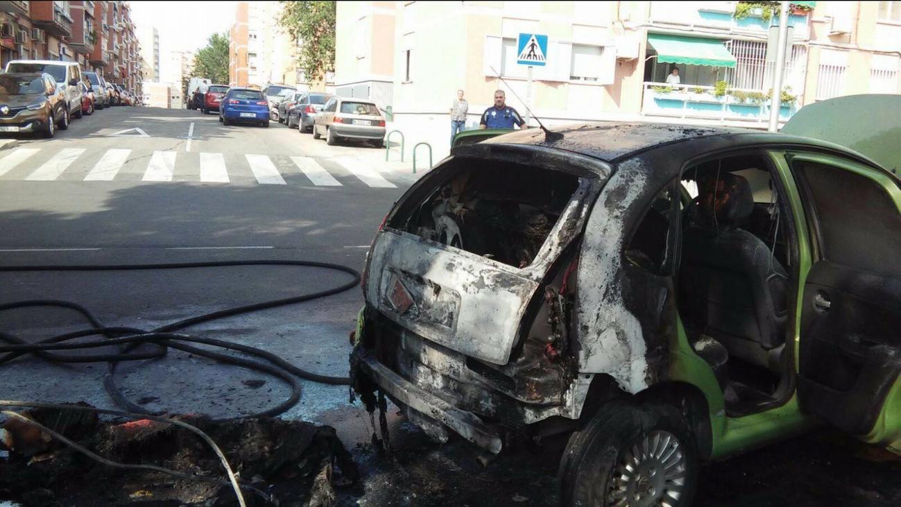 Contenedores y coches pasto de las llamas en Ciudad Lineal