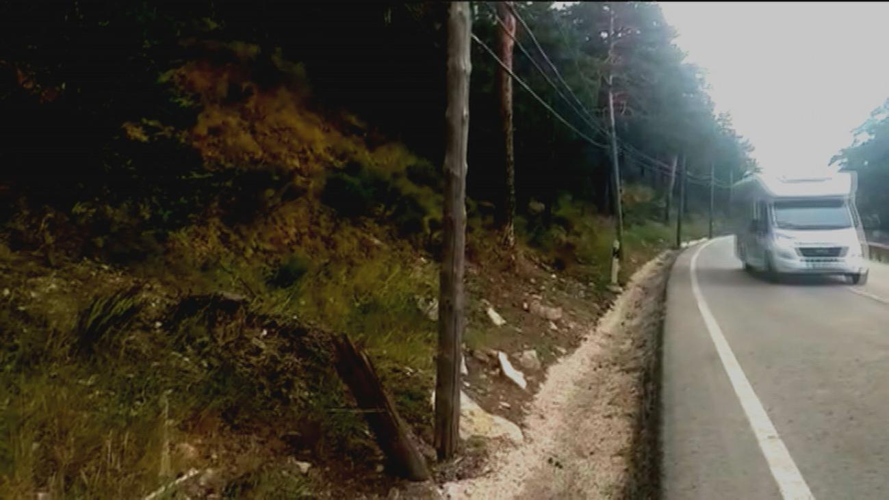 Peligro en Navacerrada con postes de la luz carcomidos a pie de la carretera