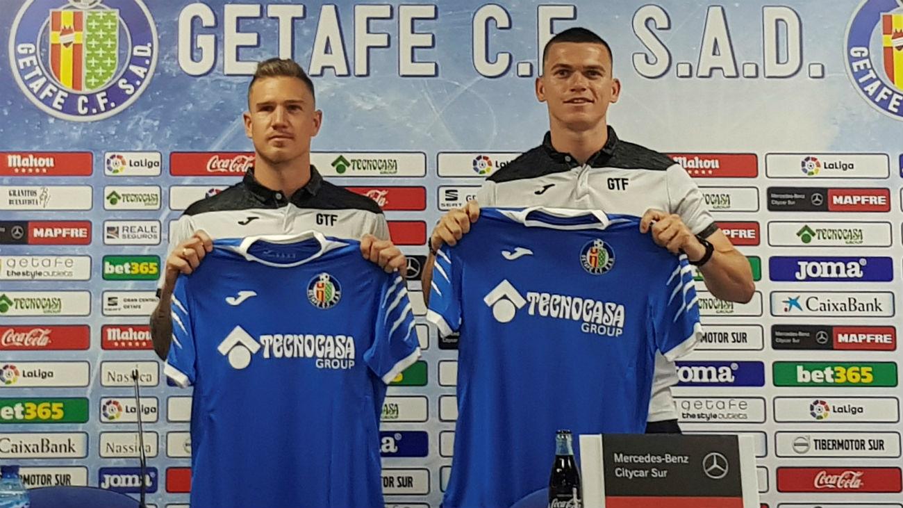 Los nuevos fichajes del Getafe, Harper y Carnero, ya posan con la camiseta azulona