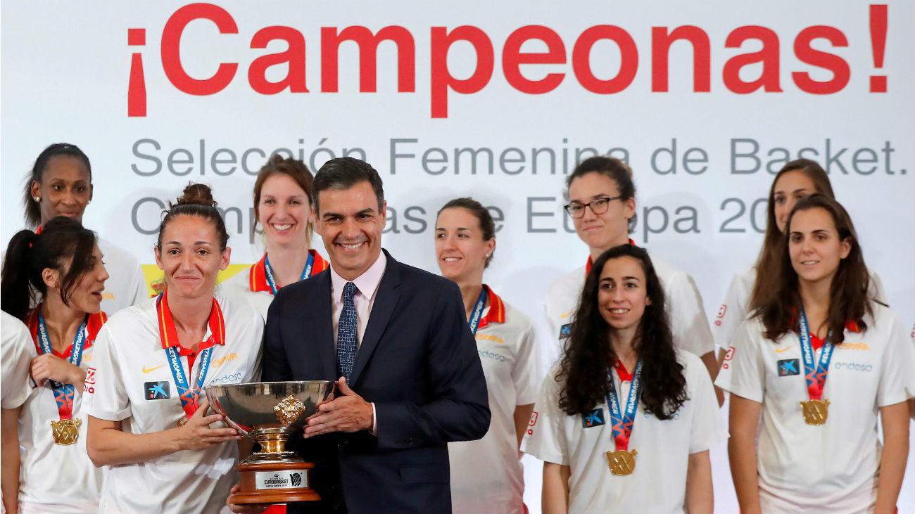 La selección española celebra su oro en La Moncloa