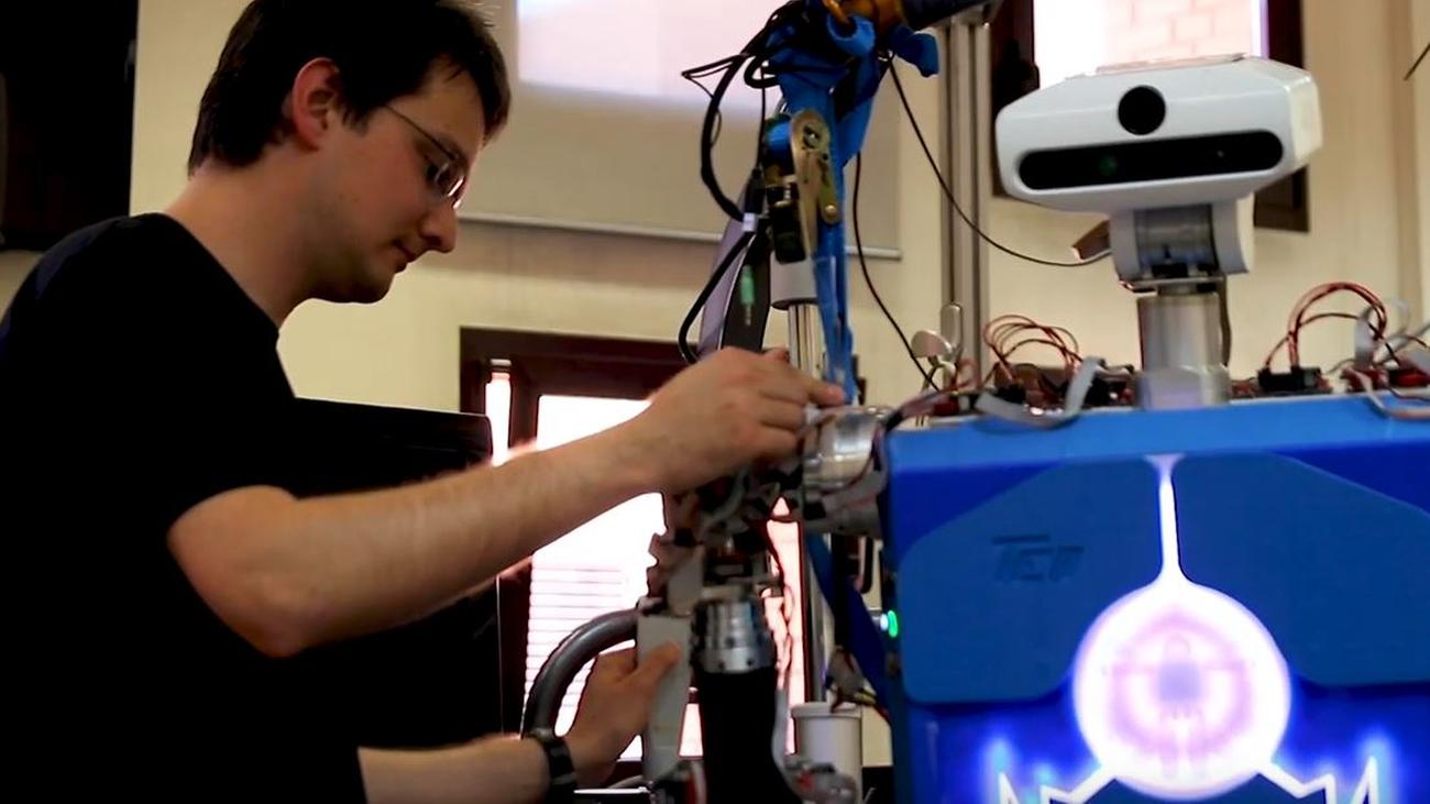 Teo, un robot humanoide capaz de planchar, pintar y hablar en lenguaje de signos