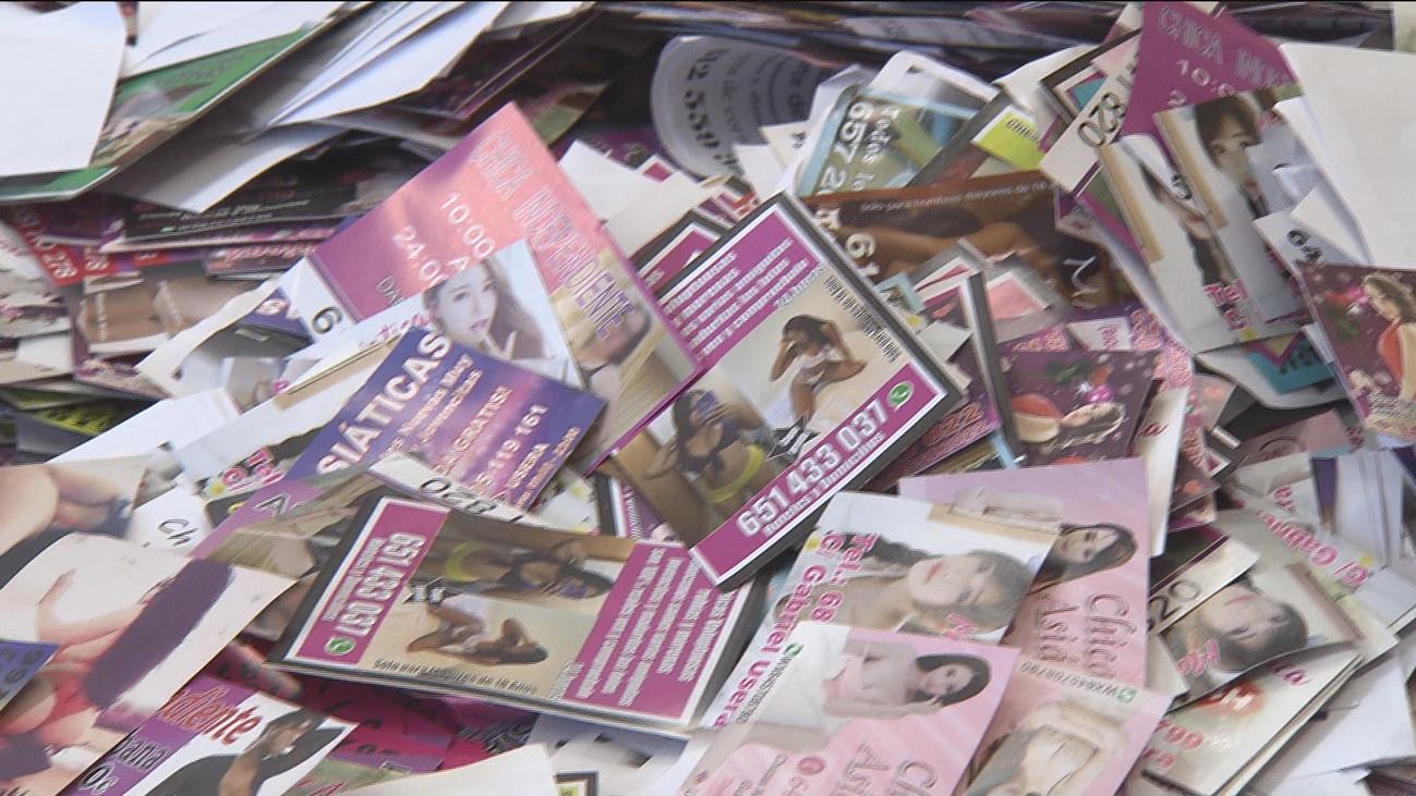 Vecinos de Usera se organizan para retirar los anuncios de prostitución de los coches
