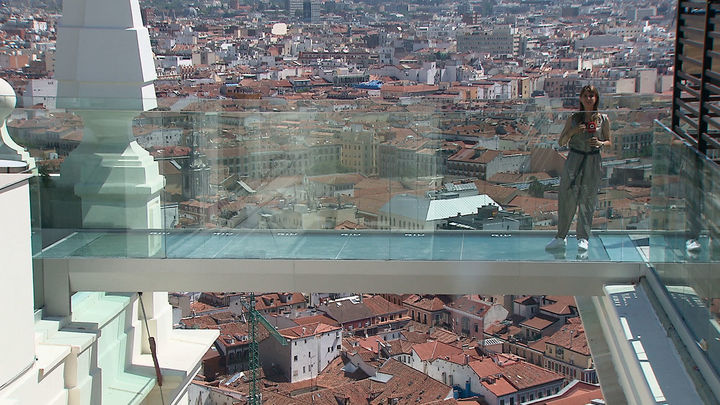 La pasarela con suelo de vidrio situada en la azotea del nuevo hotel del Edificio España / Telemadrid