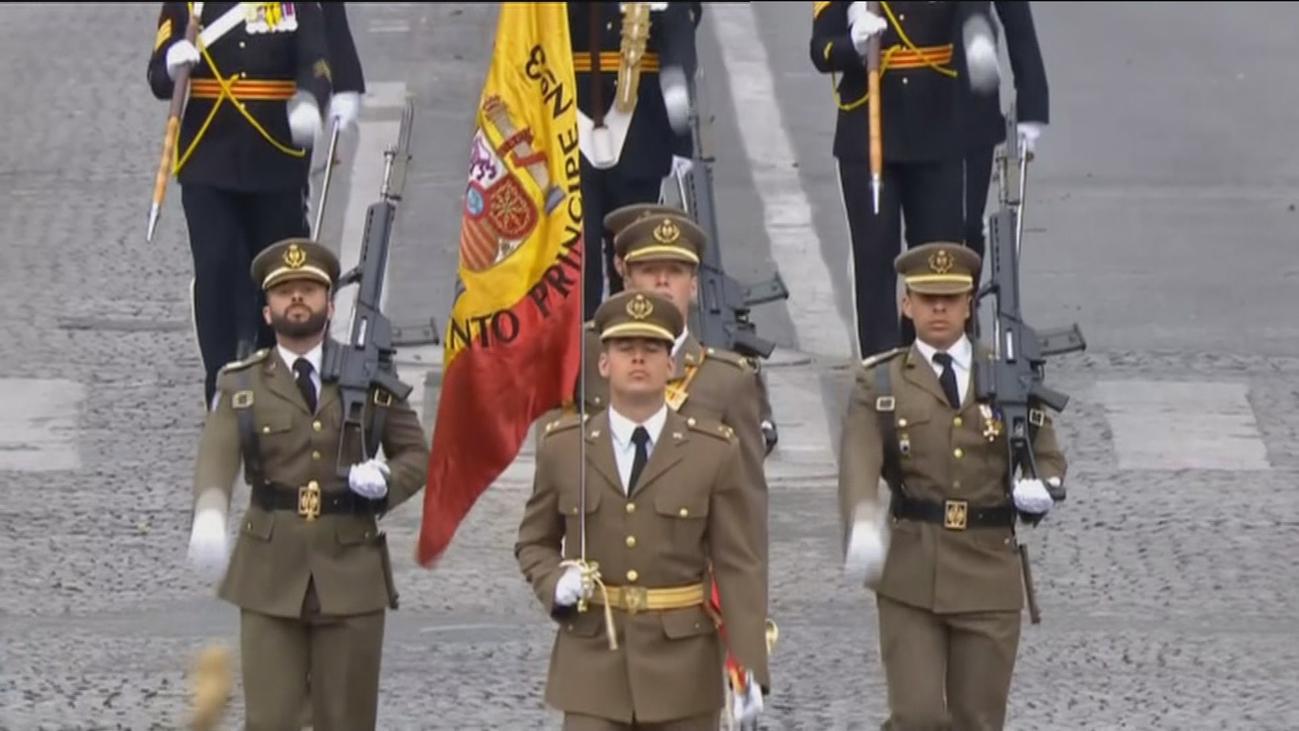 Las tropas españolas desfilan en París con motivo del Día de la Fiesta Nacional francesa