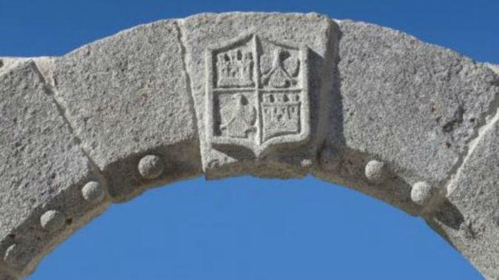 El arco de la plaza de España de Navalagamella recupera su esplendor