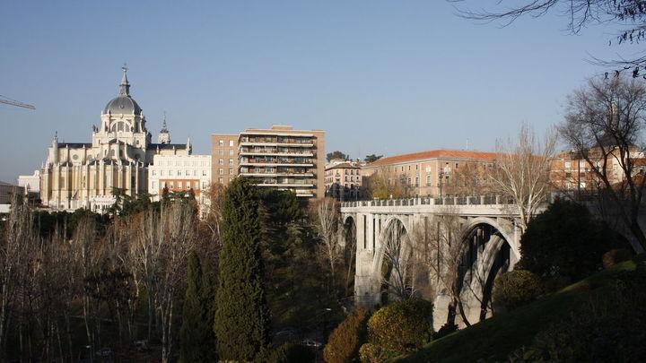 Desde el Mirador de las Vistillas podrás buscar estrellas con más facilidad, ya que está en lo alto de una colina. Con la catedral de la Almudena de fondo, lo encontrarás junto al viaducto de Segovia.