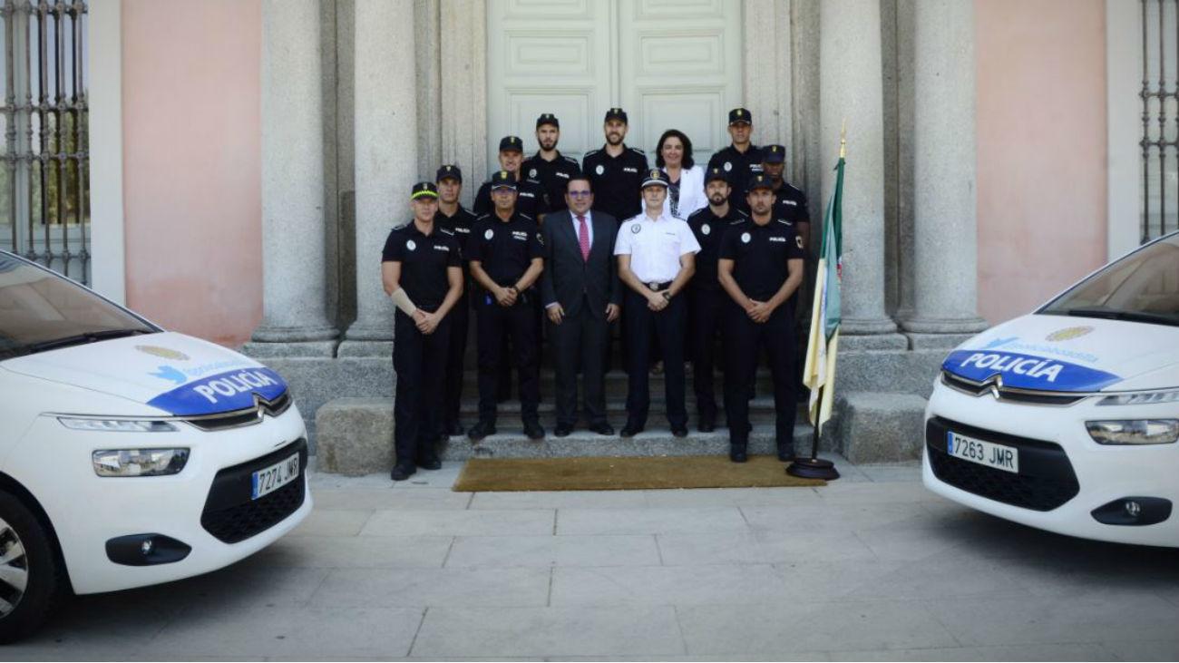 El alcalde de Boadilla, Javier Úbeda, con los nuevos policías locales