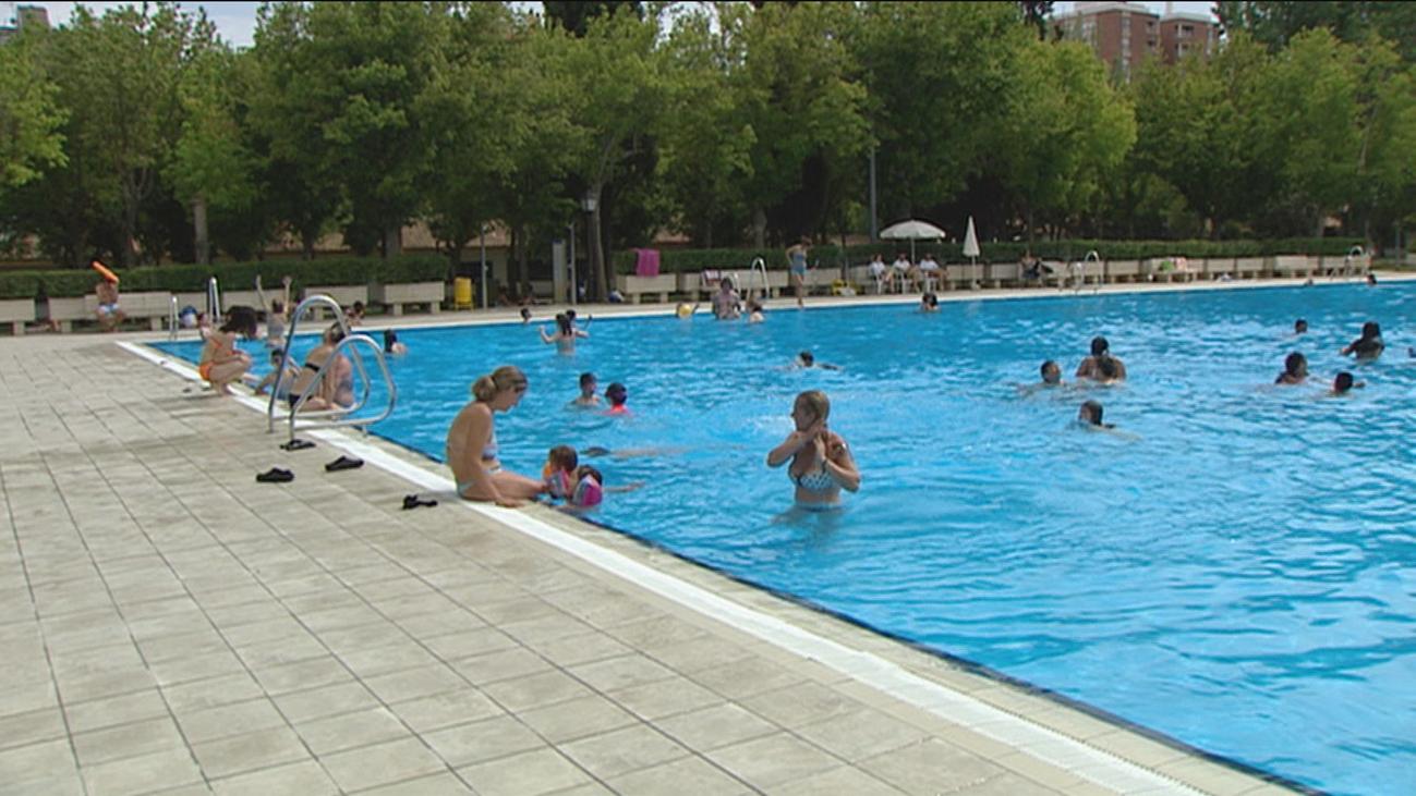 Largas colas en la piscina de Aluche para el 'Día sin Bañador'