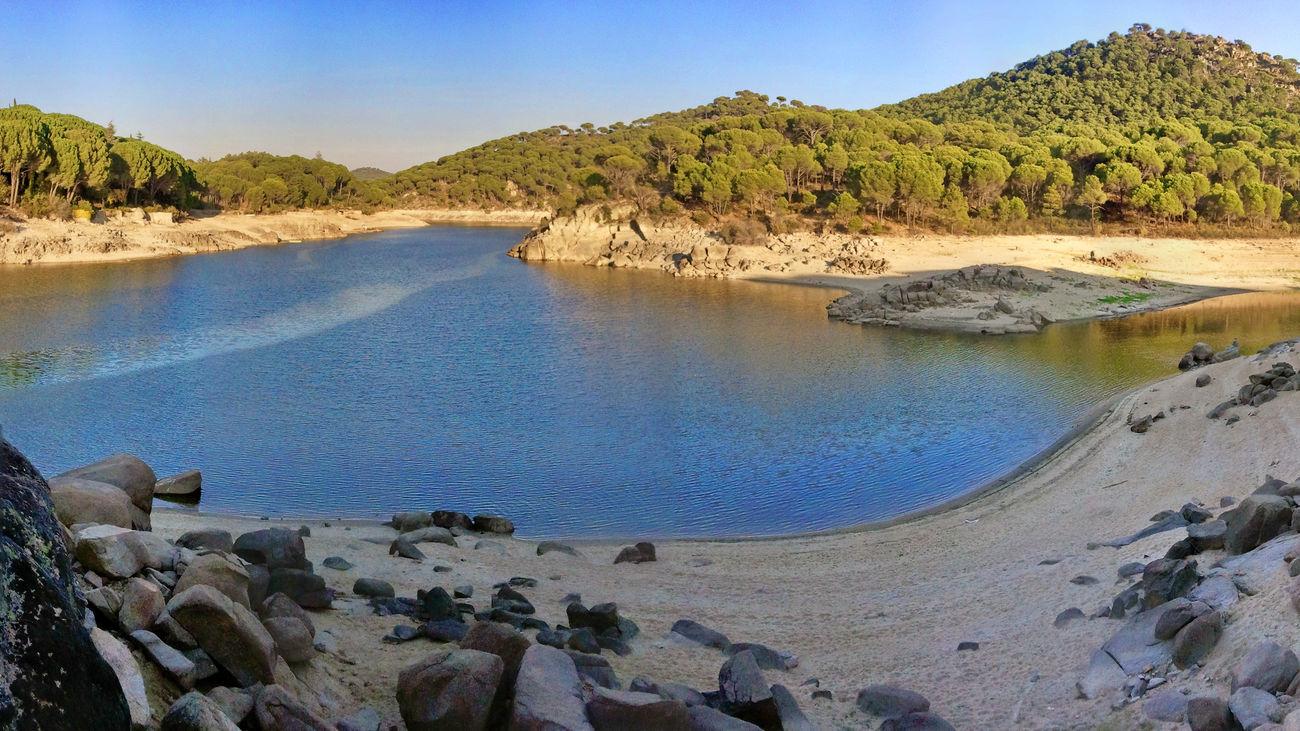 La playa más concurrida (y larga) de la Comunidad de Madrid es la del Pantano de San Juan. Se llama Playa de la Virgen de la Nueva, tiene 10 kilómetros y por supuesto, está permitido el baño. Dispone de socorristas, baños públios y una calidad que le otorga una bandera azul. Cita ineludible de los madrileños que quieran darse un chapuzón y pasar un día 'playero'.