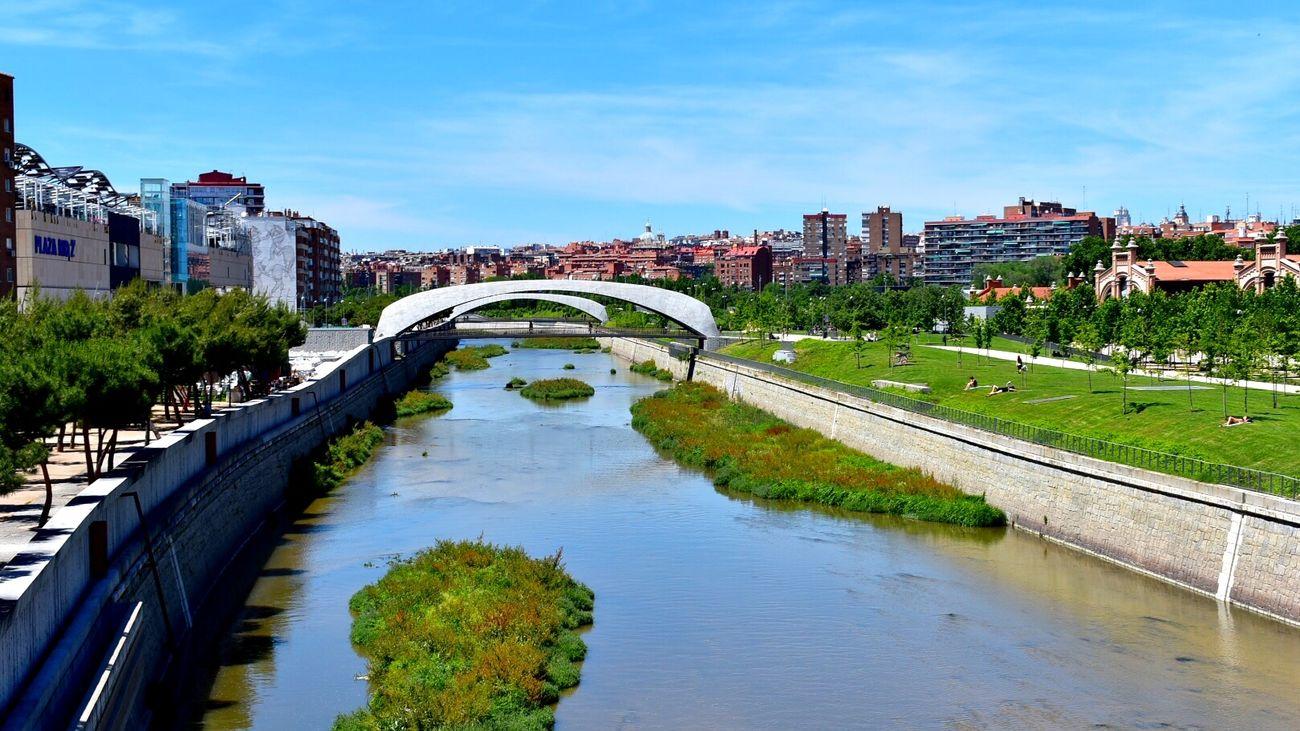 Madrid Río es un parque con más de un millón de metros cuadrados... y un río con alguna gaviota, el Manzanares, que ofrece una tentadora oferta para imaginar que estamos en la playa. Encontrarás la llamada 'playa de Madrid Río' en una zona con chorros de agua, ya que en el río está prohibido el baño.