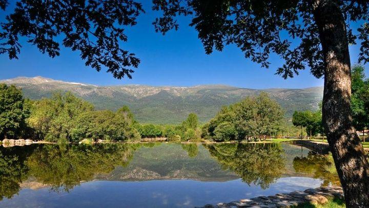 Las Presillas del río Lozoya, en Rascafría, es otra de las zonas de la Comunidad de Madrid en donde está permitido el baño. El agua está muy fría, sí, pero la excursión hasta aquí será una fantástica experiencia. Son unas piscinas preciosas en pleno valle del Paular, con unas vistas espectaculares del Pico de Peñalara.