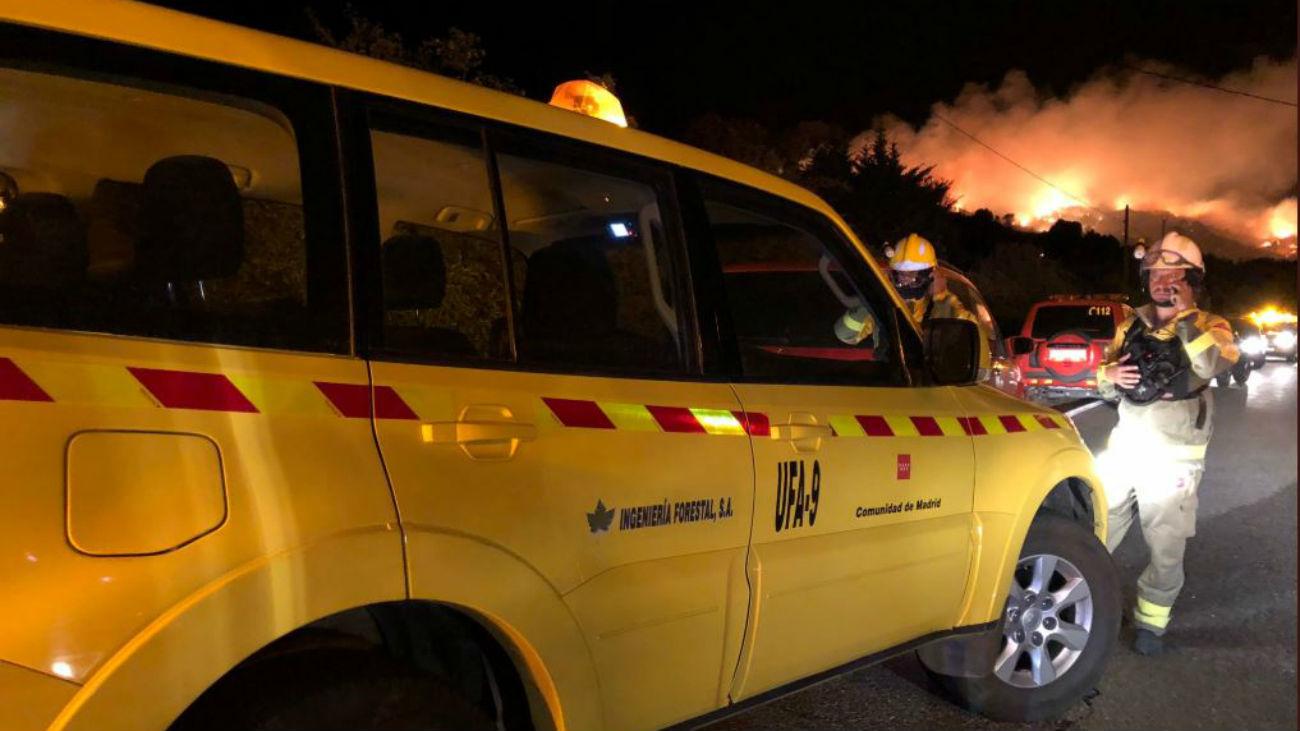 El incendio en El Berrueco permanece activo y se reabre la M-127