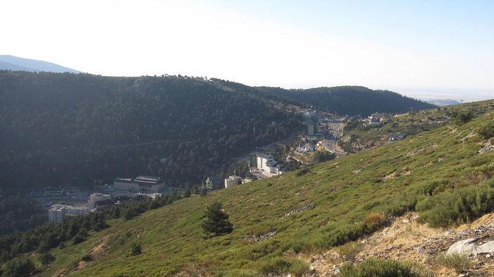 El camino Schmidt de Navacerrada a Cercedilla: Ubicado en la sierra de Guadarrama, se comienza por el Puerto de la Fuenfría, caminando en caminos prácticamente llanos hasta la pista de El Bosque y la pradera de Navalusilla. Su recorrido son 5 kilómetros con una duración de 2,5 horas.