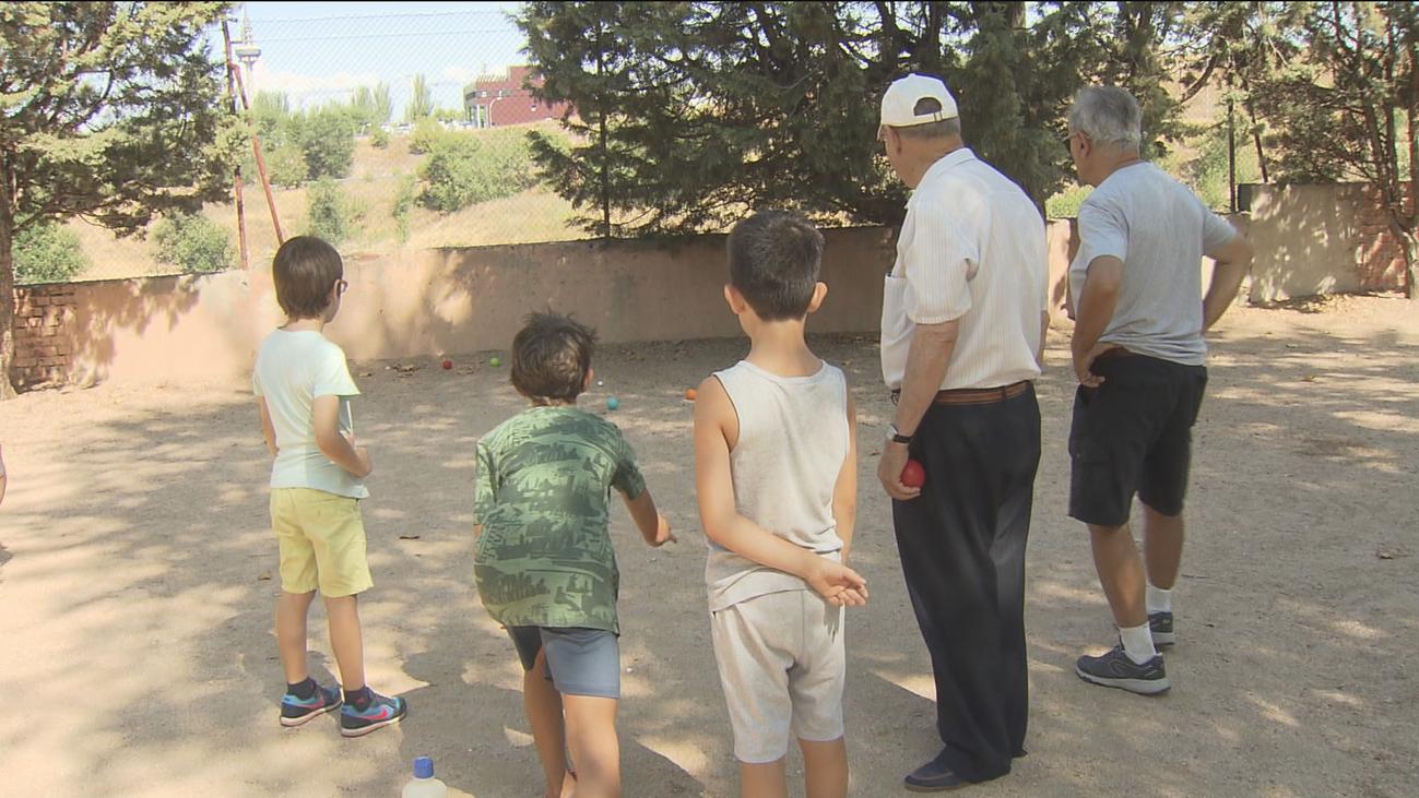 Mayores y pequeños celebran juntos  el Día de los Abuelos en Moratalaz