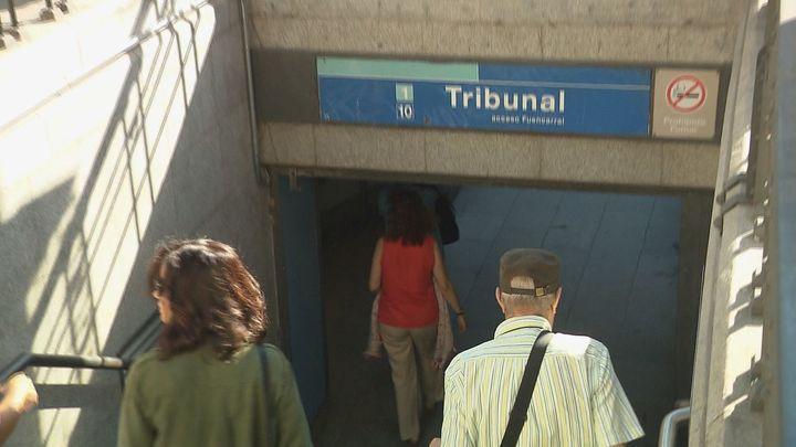 Los trenes de la línea 10 vuelven a pasar por Tribunal tras retirarse la placa de amianto