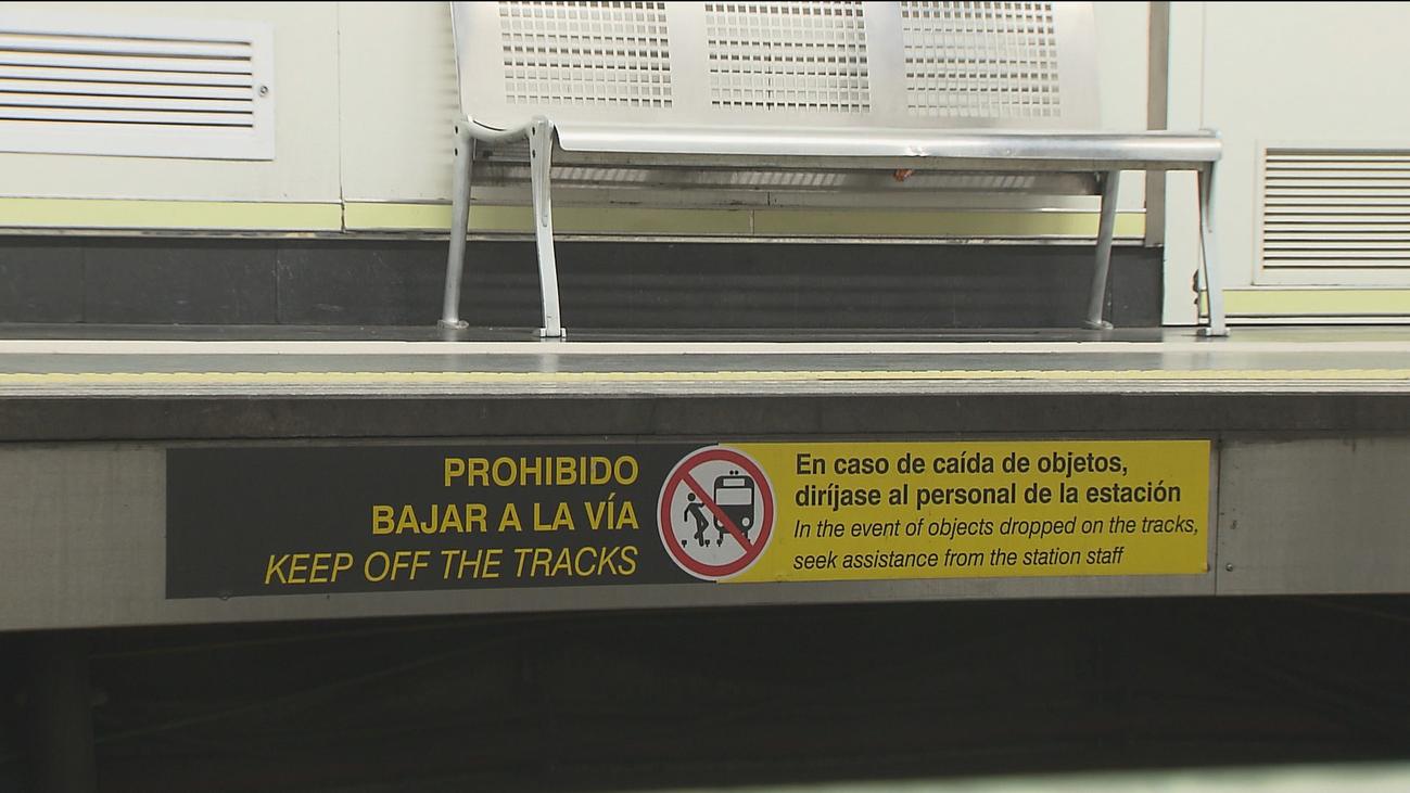 Metro de Madrid pide a los viajeros que nunca intenten recuperar objetos caídos a las vías