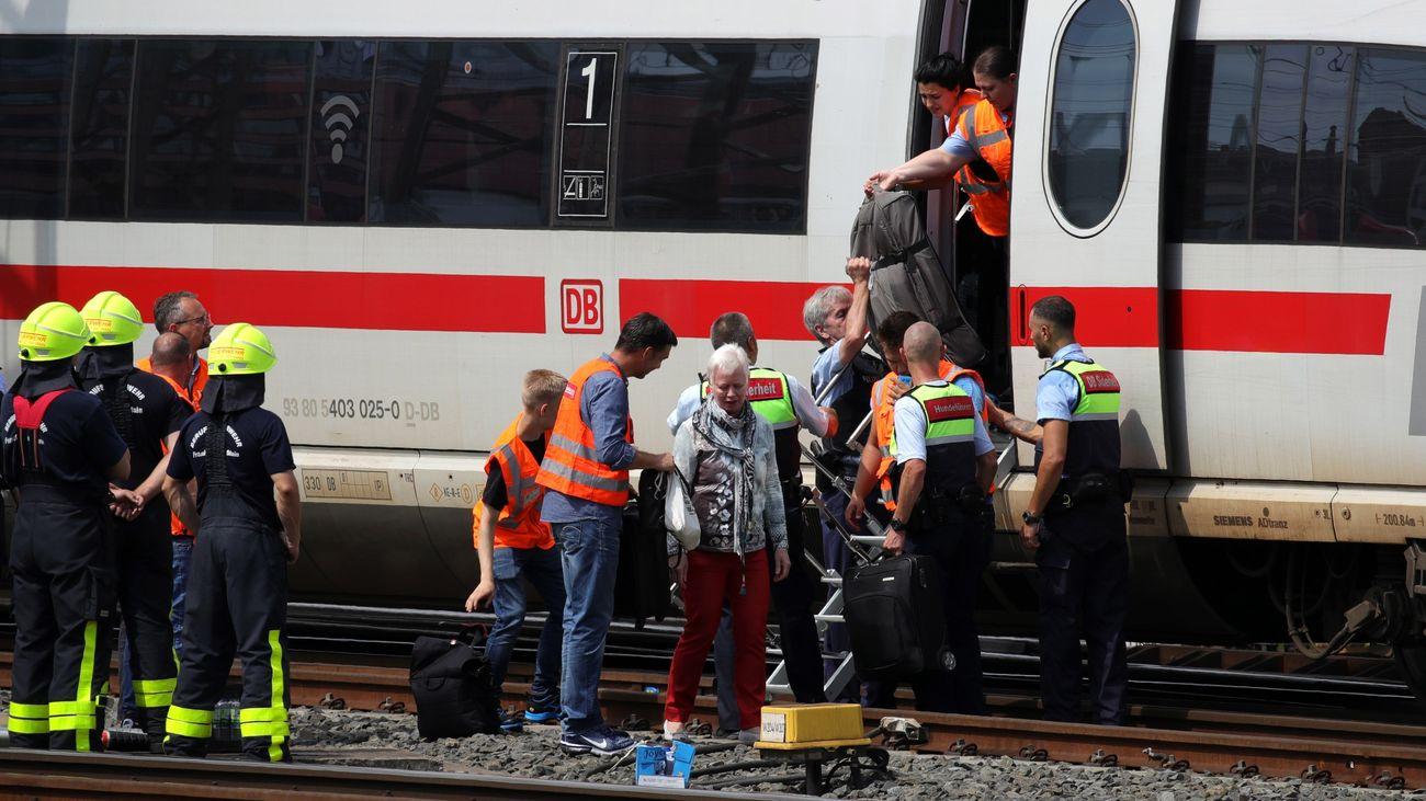 Muere un niño tras ser arrojado a una vía y atropellado por un tren en Alemania