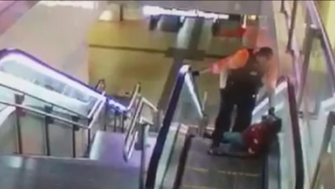 Brutal paliza de dos vigilantes de seguridad a un hombre negro en el intercambiador de Avenida de América