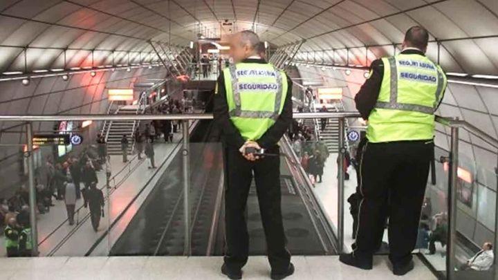 Los vigilantes de metro convocan huelga indefinida el 13 de agosto