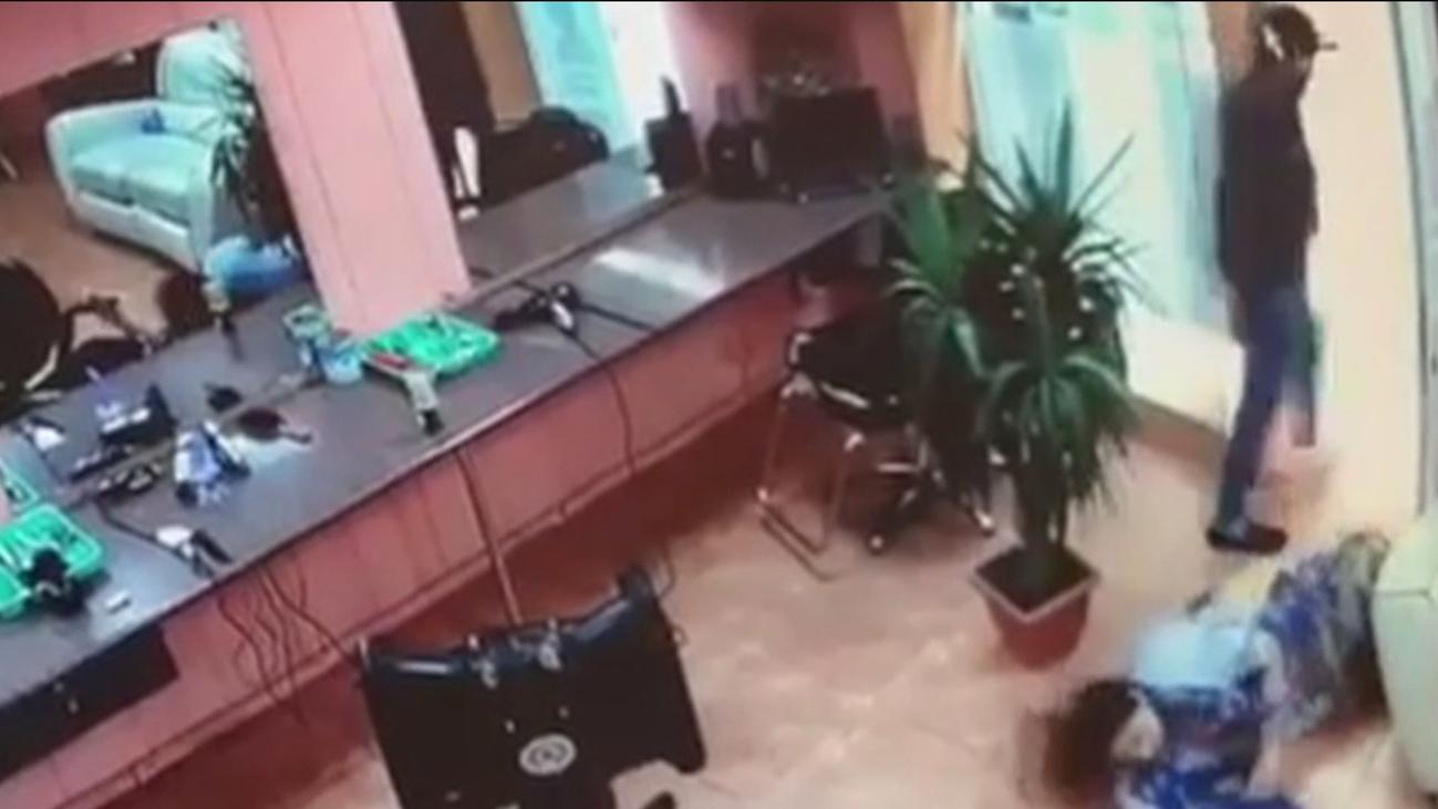 Un hombre apuñala a una mujer en una peluquería de Barcelona