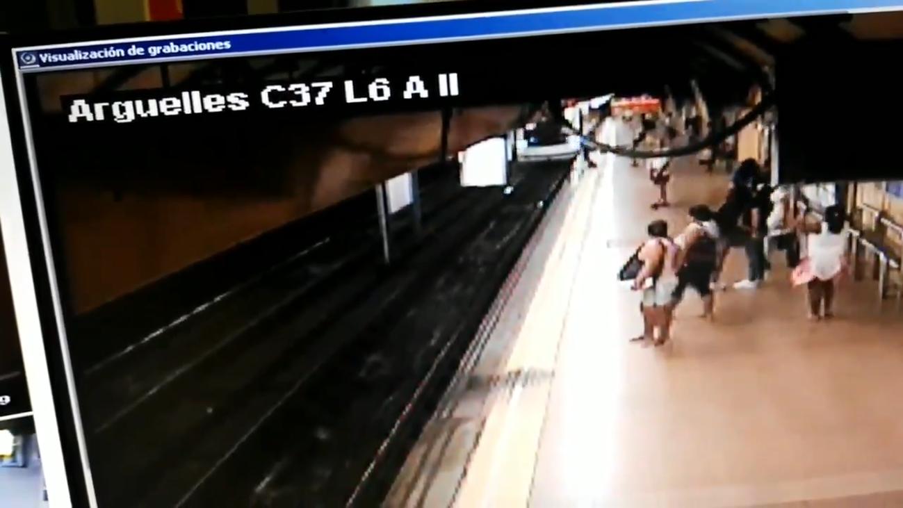 Un hombre se salva de milagro en el Metro de Madrid tras ser empujado por otro a las vías