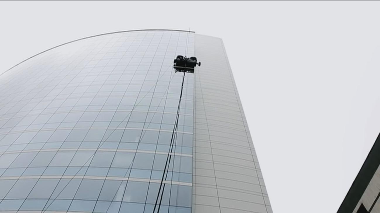 Comienzan a usar robots para limpiar los exteriores de los rascacielos