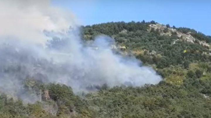 Once medios aéreos luchan contra el  fuego de  La Granja de San Ildefonso