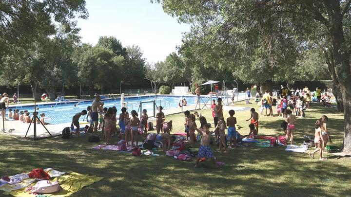 Salvan la vida de un joven mientras nadaba en la piscina municipal de Boadilla