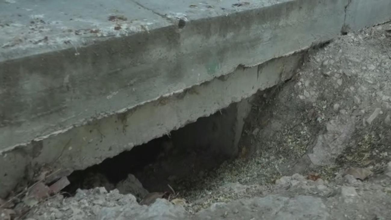 ¿Quién está cavando agujeros en los bajos de los edificios de Vicálvaro?